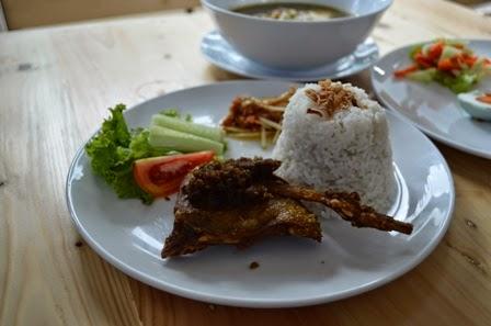 bebek goreng tempat nongkrong di Surabaya Eddy Fahmi