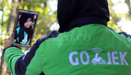 Salah satu driver cewek Gojek di Bandung, Christina Helen. Gambar diambil dari sini