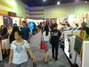 Pengunjung berjalan nyaman di bazaar Hyperlink Project, Surabaya