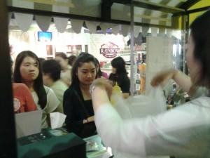 Katherine, pengusaha The Halal Rice, tengah melayani pengunjung bazaar di Hyperlink Project.