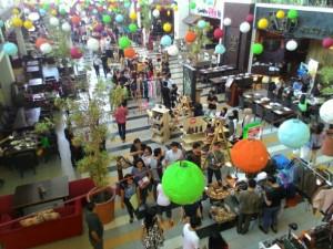 Sunday Market merupakan bursa yang sudah cukup punya nama di kalangan pengusaha muda di Surabaya. Diadakan di Sutos, bazaar ini selalu ditunggu-tunggu, baik oleh kalangan tenant, maupun kalangan konsumennya sendiri. Foto: Eddy Fahmi