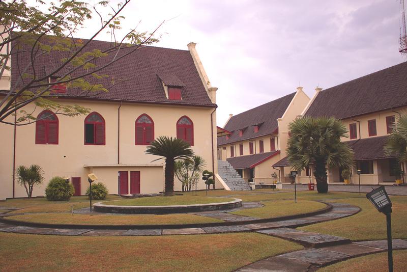 Fort Rotterdam Fort Rotterdam Kompleks gedung pertahanan khas Belanda seluas tiga hektar ini menjadi pusat pemerintahan kolonial Belanda ketika masih menjajah Makassar di abad ke-17 untuk menguasai bisnis rempah-rempah di kepulauan Indonesia. Di benteng yang semula dibangun oleh Kesultanan Gowa ini, terdapat Museum La Galigo yang memamerkan macam-macam benda peninggalan dari kerajaan-kerajaan kecil yang pernah ada di Sulawesi. Saat ini, tempat ini sering dijadikan lokasi acara-acara khusus seperti pertunjukan oleh komunitas lokal Makassar. Jam buka: 8.00-18.00. Gambar diambil dari sini