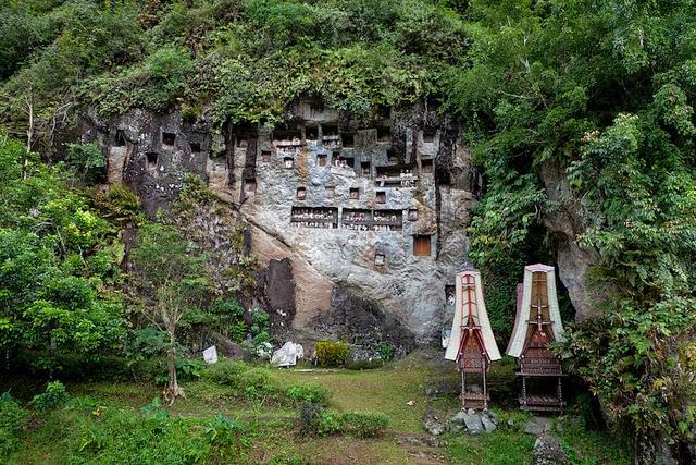 Tana Toraja Daerah berhawa sejuk yang berada sekitar delapan jam perjalanan dari kota Makassar ini populer dengan adat unik suku Toraja dalam menyimpan jenazah. Di Goa Landa dan Lemo, suku Toraja menyimpan tulang-belulang keluarga mereka secara sistematis dalam gua-gua di tebing. Situs Bori Parinding dibangun oleh suku Toraja sejak ribuan tahun lalu berupa kumpulan monumen untuk keluarga mereka yang meninggal. Sangat keren jika dikunjungi pada bulan-bulan musim liburan sekolah, karena saat ini merupakan musim puncak ketika suku Toraja mengadakan upacara rambu solo, yaitu pesta untuk pemakaman keluarga mereka. Gambar diambil dari sini.