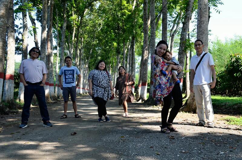 Vicky Laurentina Eddy Fahmi Rizki Firmansyah di perkebunan