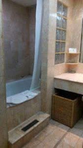 hotel dengan bathtub di Surabaya
