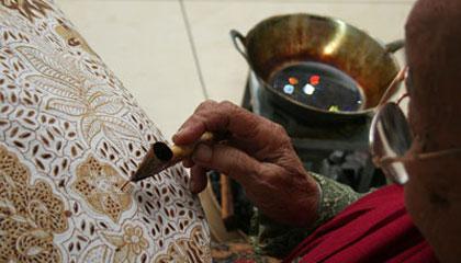 menciptakan batik tulis untuk batik Indonesia