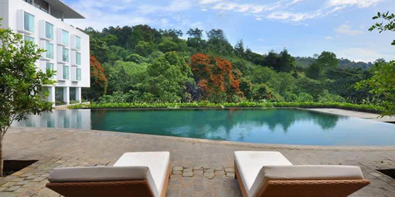 berenang di Padma Hotel Bandung
