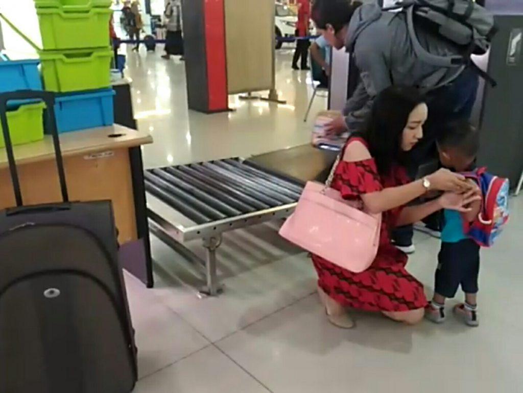 Prosedur naik pesawat adalah periksa barang di conveyor belt