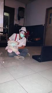 Pas saya nonton episode Malam Puisi Surabaya weekend lalu di Jemursari, ada pertunjukan pantomim yang meliuk-liukkan badannya bercerita tentang kabut asap. Gambar diambil dari sini