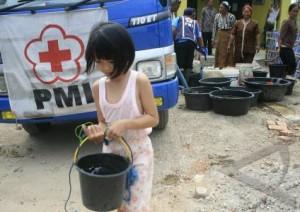 Dalam bencana kekeringan yang melanda daerah pantai utara Jawa Barat (2012), PMI turun tangan mengerahkan bantuan dengan menyalurkan air bersih kepada penduduk. Gambar diambil dari sini.