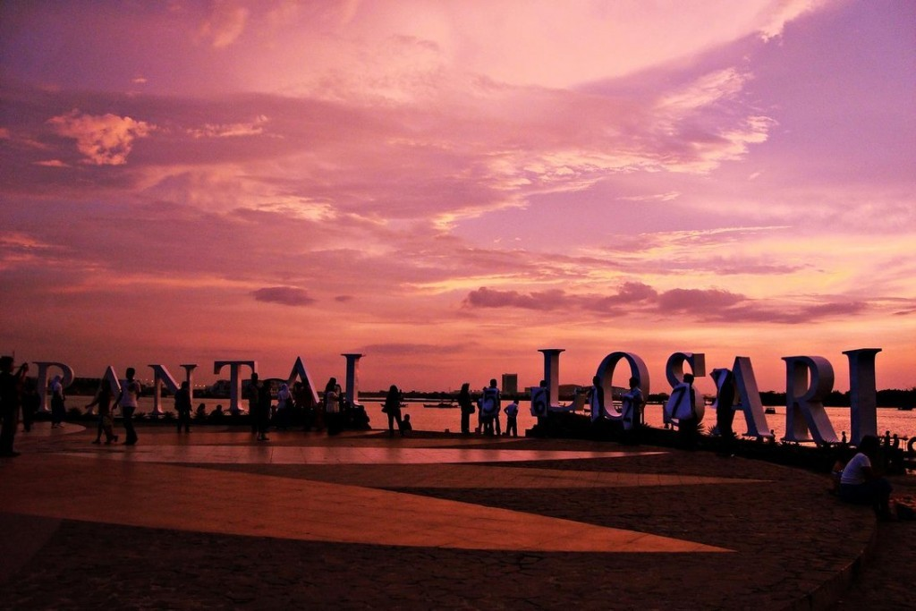 Pantai Losari Gambar diambil dari sini.