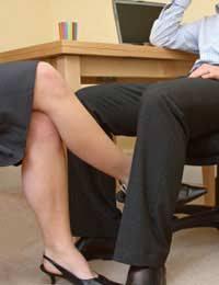 Kontak fisik dengan pacar sekantor boleh saja..asalkan tidak ketahuan. :-p Gambar diambil dari sini.