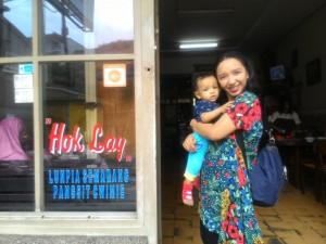 Bersama anak saya di pintu depan kedai susu coklat Hok Lay, Malang