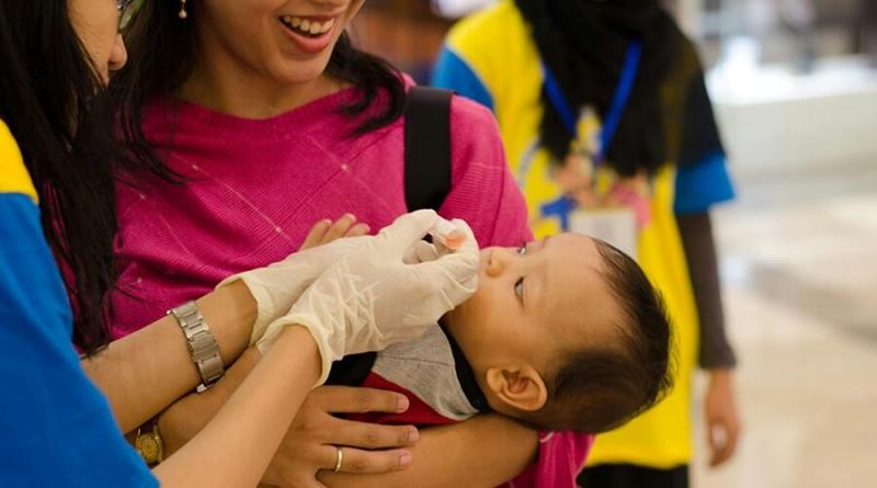 Petugas Pekan Imunisasi Nasional meneteskan vaksin polio