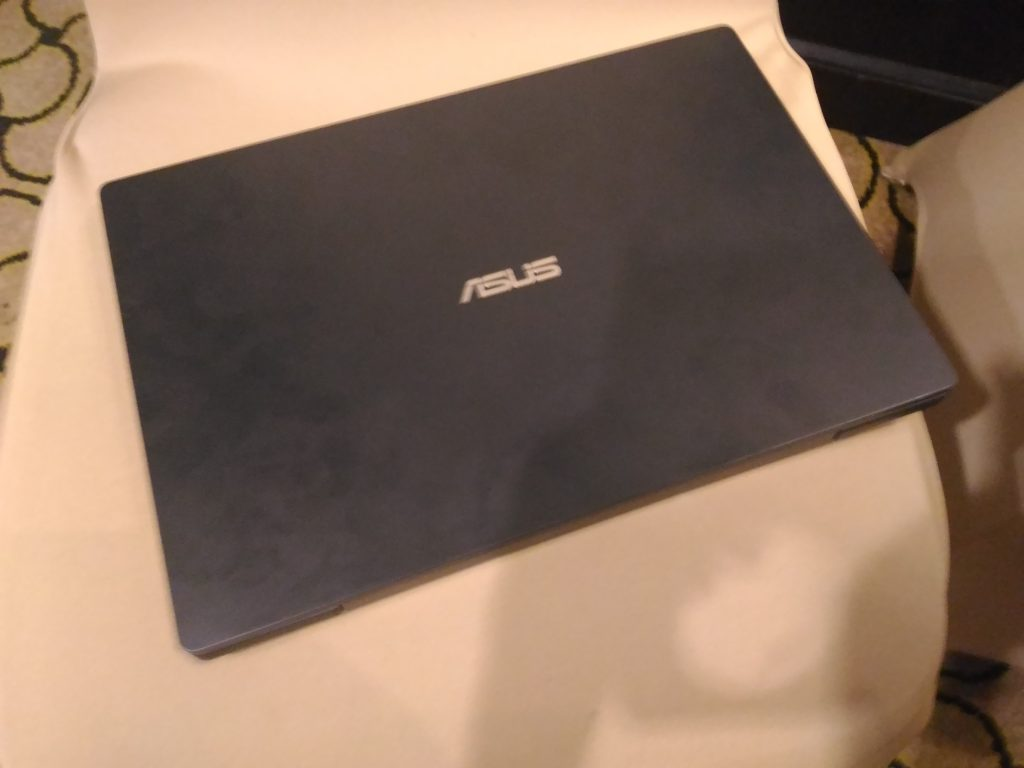Warna hitam klasik memancarkan kesan profesional dari Asuspro B8230.