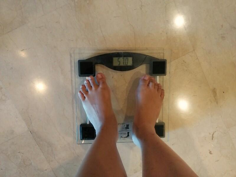 Timbangan di kamar saya, setelah saya minum Slim n Fit selama seminggu. Ternyata berat badan saya turun 1 kg.