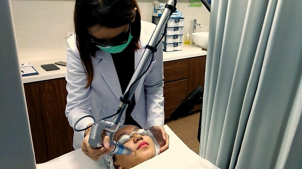 Salah satu prosedur laser yang manfaatnya dobel: dari yang mencerahkan wajah sampai menyamarkan noda hitam akibat bekas jerawat.