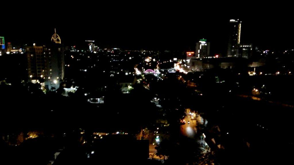 Pemandangan dari restoran rooftop di Surabaya